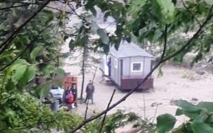 12 muncitori blocați de ape la Nereju